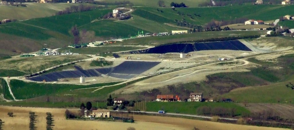 17 modifica paesaggio 12 marzo 2009 013 stuoie nere